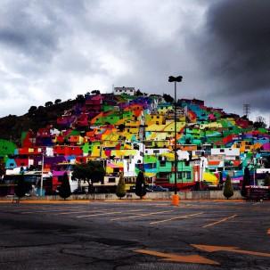 整座山上的小镇被涂上了彩虹