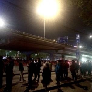 夜晚九点的公交站。