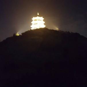 夜……万寿塔给这座城市增添一道美的风景线