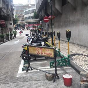 澳门街头的摩托车停车位,现金澳币一元一小