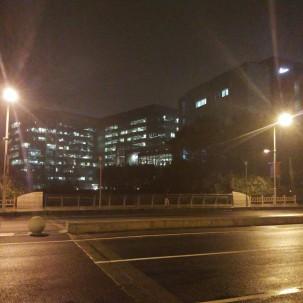 某园区耐克总部,孤零零的一栋灯火辉煌的建