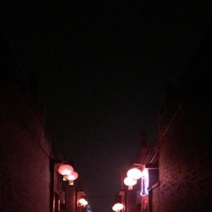 当我还生活在这样的小巷,家家户户,红灯笼